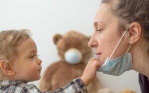 Capacités cognitives et psychologiques relatives au traitement des visages chez l'enfant