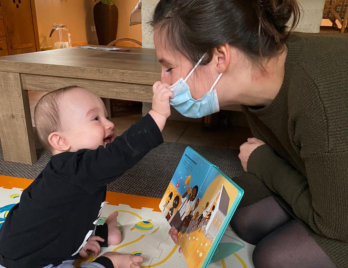 Port du masque imposé aux professionnel(le)s s'occupant de bébés et jeunes enfants